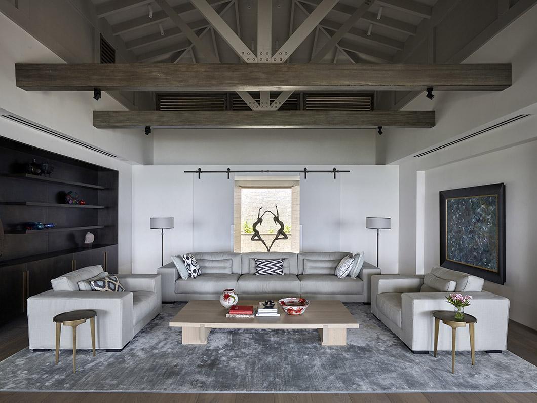 Woonkamer met DIEKE bank en fauteuil, RAAF salontafel en HERO bijzettafel in luxe strandvilla op Antigua