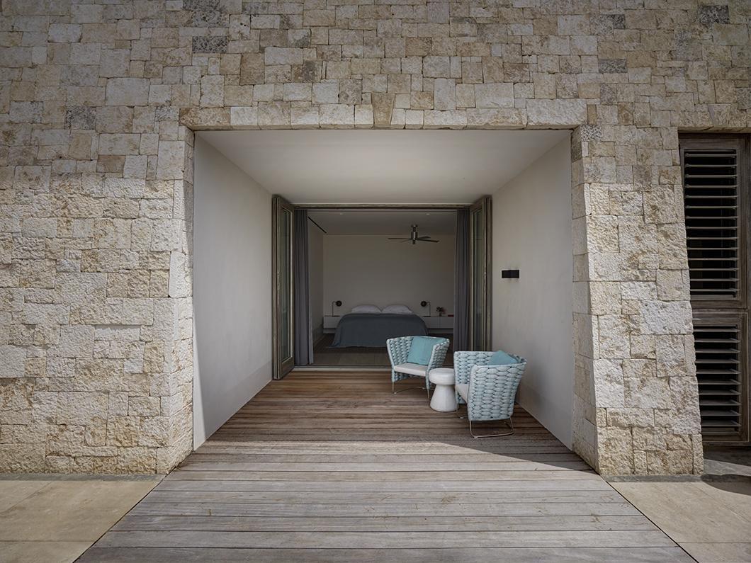 Slaapkamer met terras in luxe strandvilla op Antigua