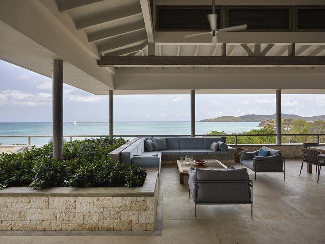 Terras met uitzicht op zee bij luxe strandvilla op Antigua