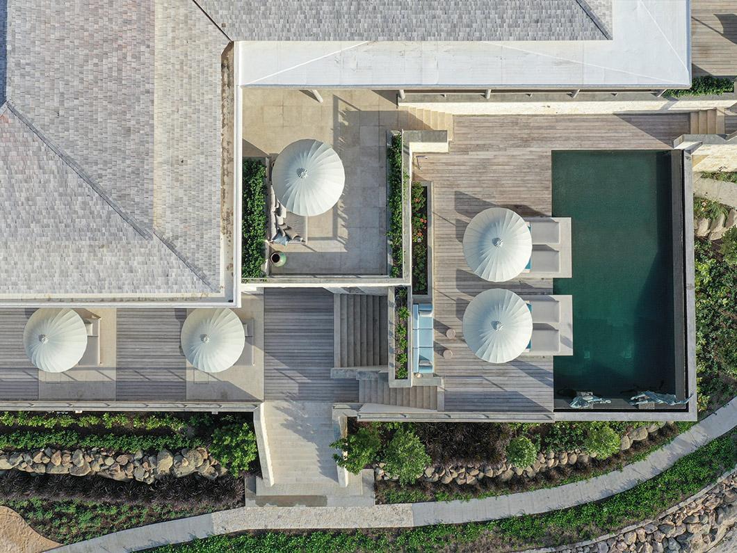 Helicopteraanzicht op luxe strandvilla op Antigua