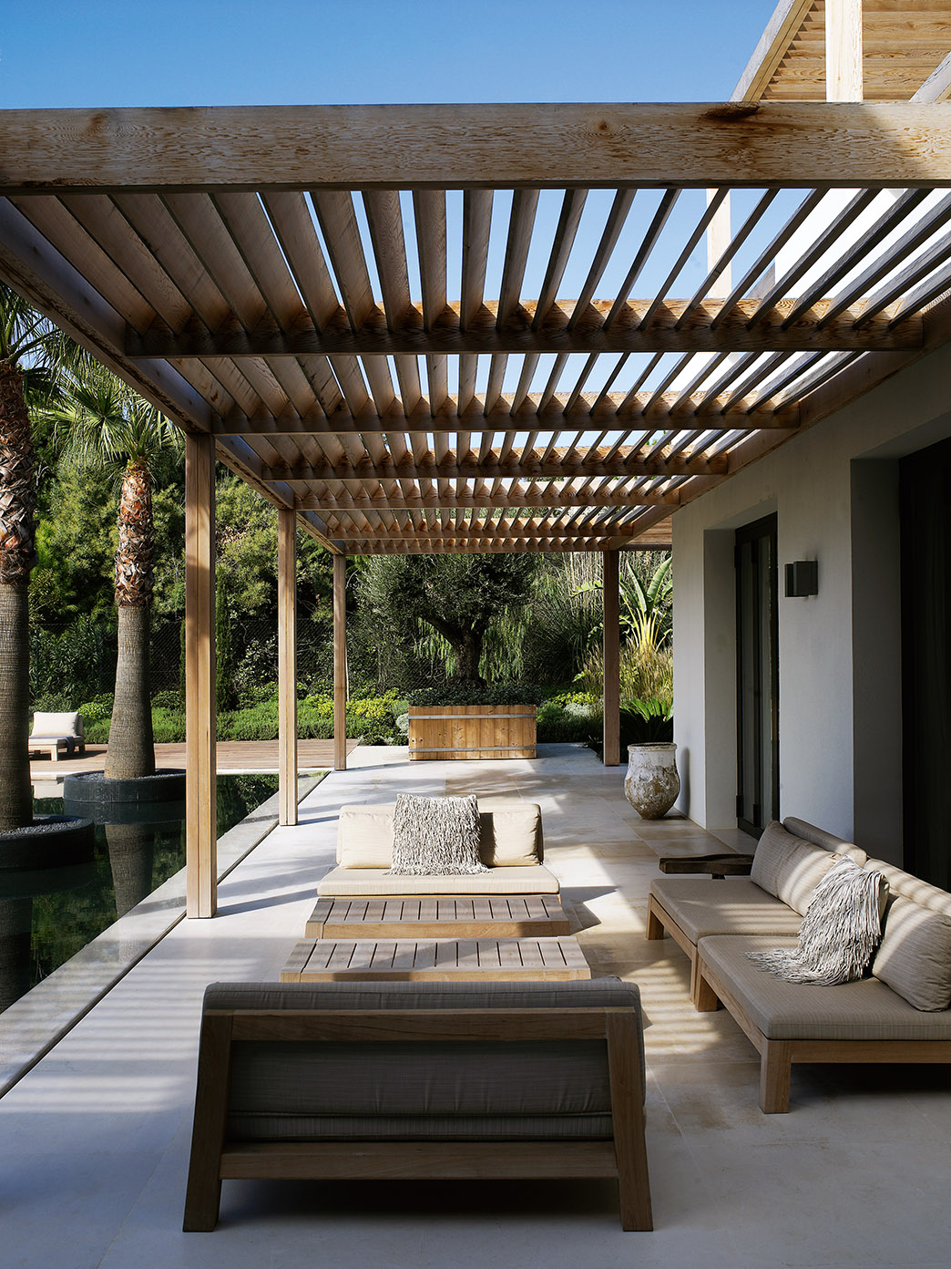 South coast villa with GIJS loveseat and ANNET coffee table