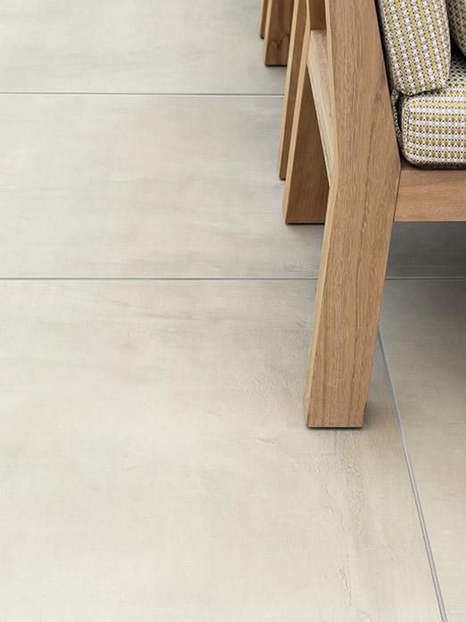 NIEK buitenfauteuil en betonlook smoke buitentegels door Douglas & Jones